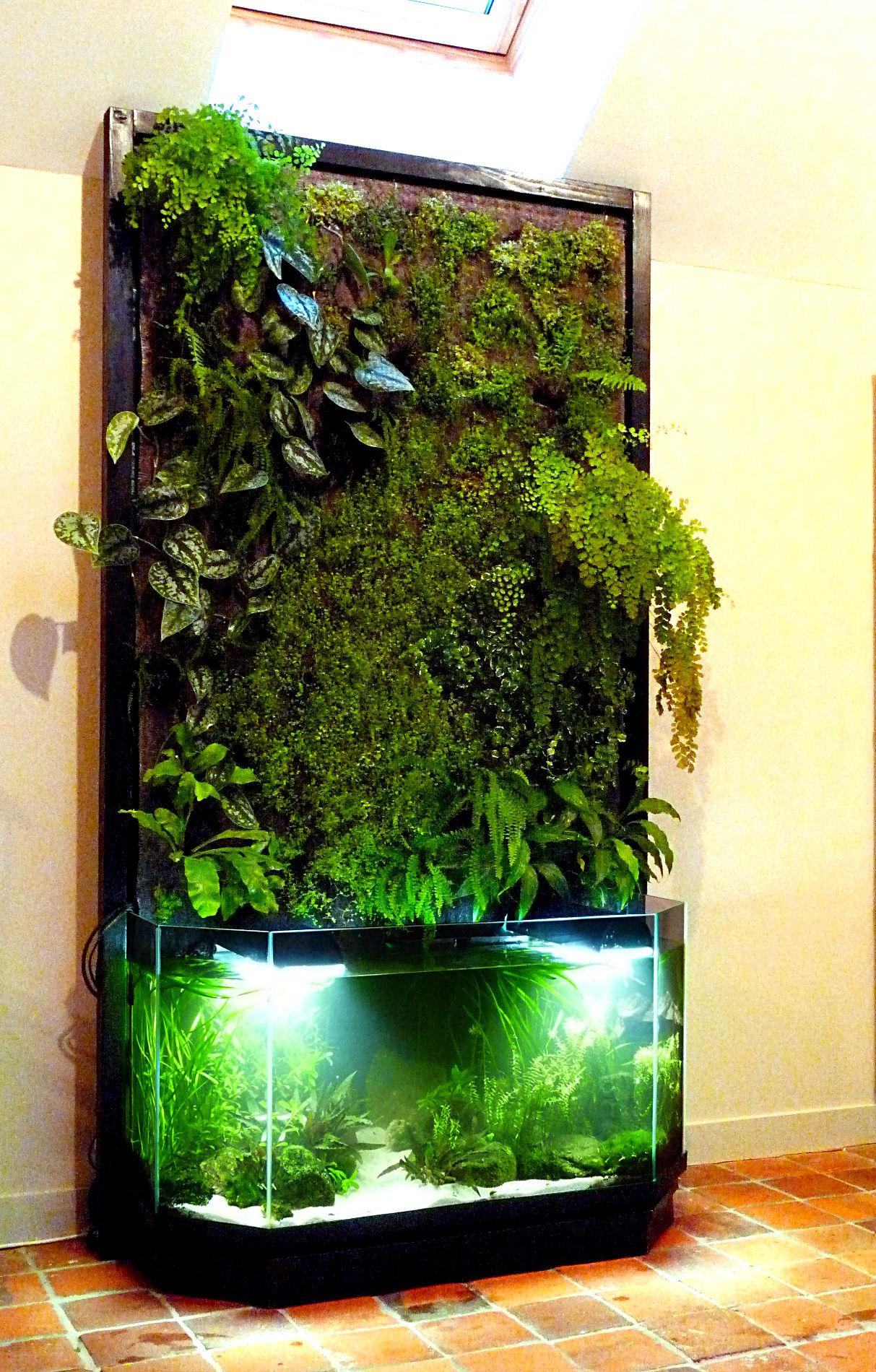 Mur floral avec aquarium