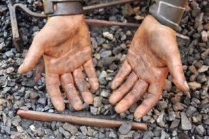 Mains tâchées